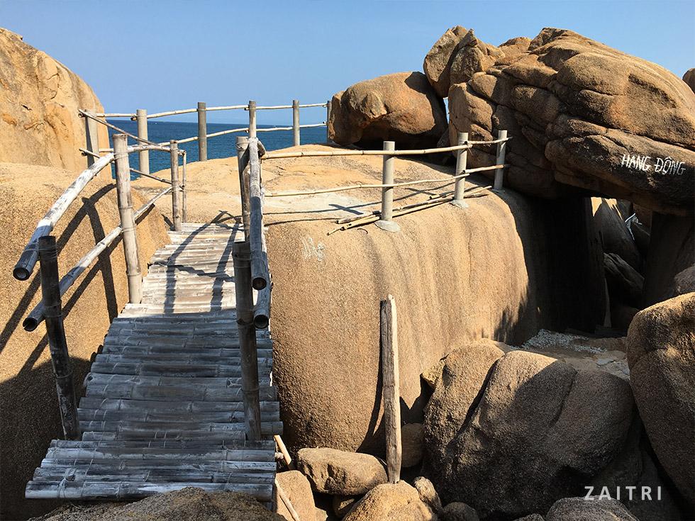 Cầu thang tre ở bãi Thiên Thuỷ